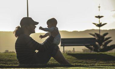 maman et son enfance en train de faire du sport dans un parc