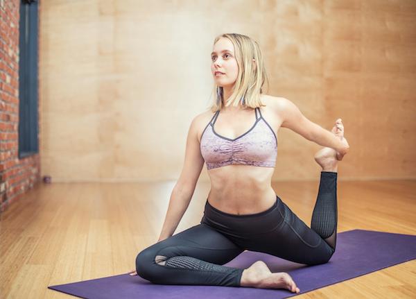 femme sur un tapis de fitness à la maison