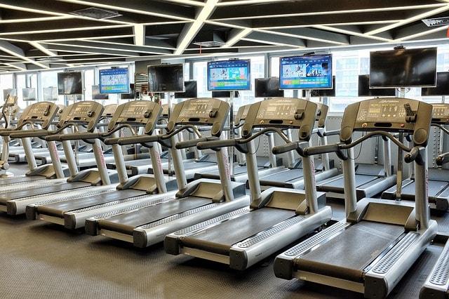 tapis de course dans une salle de sport